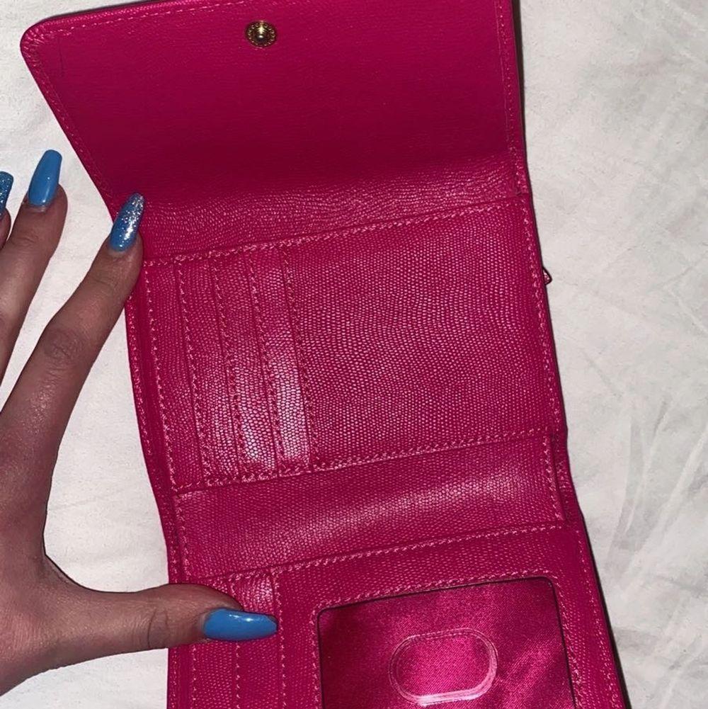 Victoria secret plånbok! Mycket fint skick🥰 pris kan diskuteras då jag vill bli av med den!. Väskor.