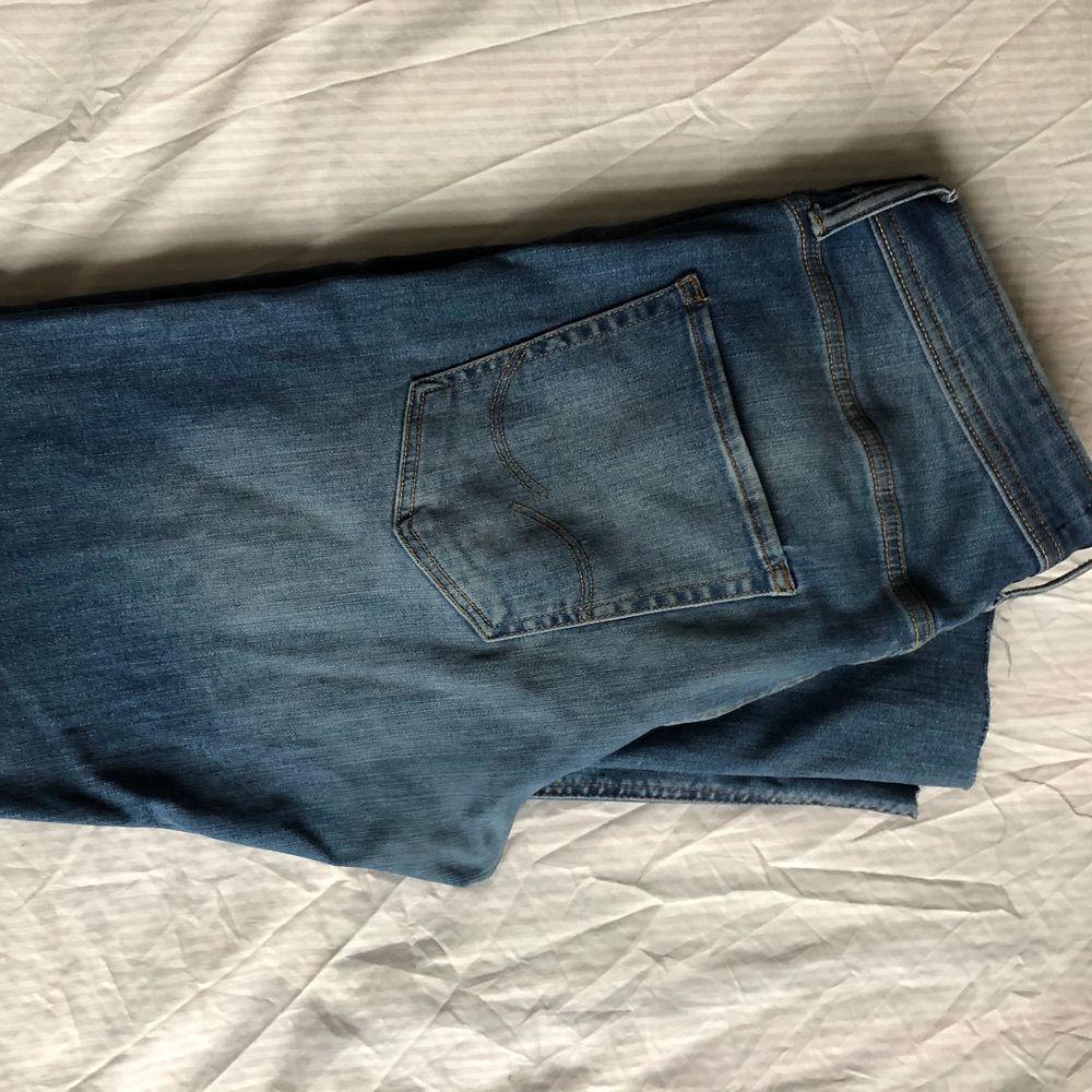 Ljusblåa jeans med slim fit 34/34. Jeans & Byxor.