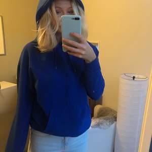 Säljer en blå hoodie från Carlings. Använd fåtal gånger så bra skick. Nypris cirka 300.  Är lite oversized på mig som brukar ha S, så passar nog xs-m beroende på hur man vill ha den. Kan mötas upp annars tillkommer frakt!
