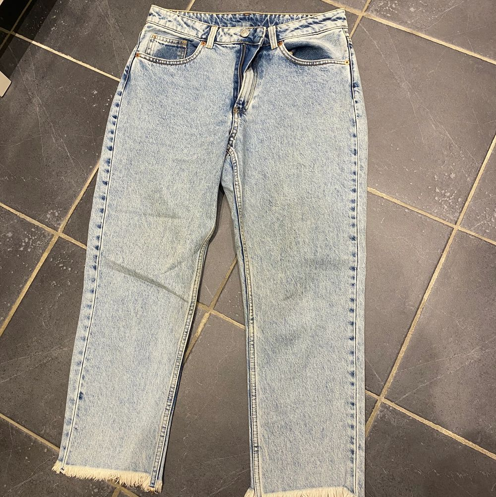Jeans från monki. Använda vid ett tillfälle. Tyvärr lite för små för mig. Storlek 27. Pris: 150:- +frakt . Jeans & Byxor.