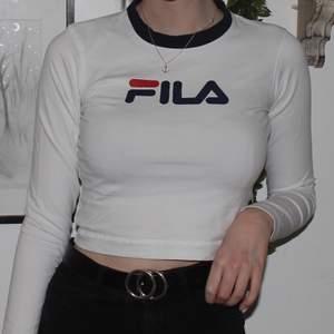 En croppad tröja från Fila i storlek M. Den köptes på utbanoutfitters för 500kr. Mönstret har spruckit lite som ni kan se på andra bilden men utöver det är det inget fel på tröjan! 🥰