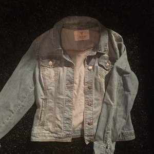 Thrifted Guess denim jacket | M-L | Meet ups in Sthlm, shipping fee not included in price ✨