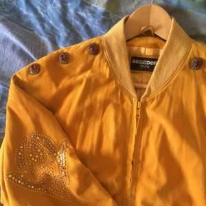 FRI FRAKT!  Vill du förbättra din rockstjärneimage? Klä dig i denna ! Jackan är tillverkad i Italien, är i äkta skinn och har ett sidenliknande innertyg. Alltid mängdrabatt vid flerköp, så kolla gärna in mina andra grejer.✨