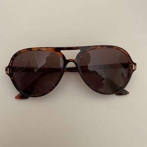 Sjuukt snygga Tom Ford solglasögon. Satte in nya glas i förra veckan (från Tom Ford.) Kostade 3799kr i butik, men är öppen för bud från 1000kr:).  Byten är intressant😁                           Skriv om du har frågor eller vill ha fler bilder!