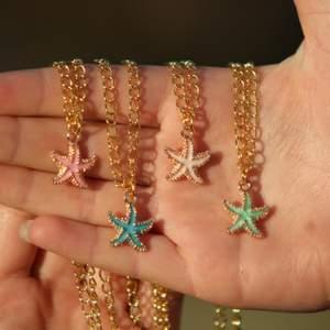 Starfish halsband som är nickelfria, finns i färgerna rosa/grön/blå/vit med gulddetaljer. Skickas endast, köparen står för frakt - 11 kr. Betalning via Swish