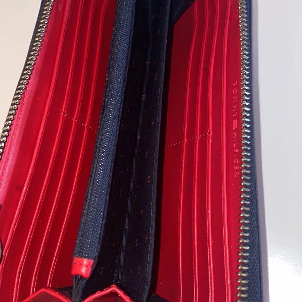 Jättesnygg plånbok från tommy hilfiger, använde den i va 1 vecka men den är i toppskick!! 💞💞 ordinarie pris: 800 kr. Accessoarer.