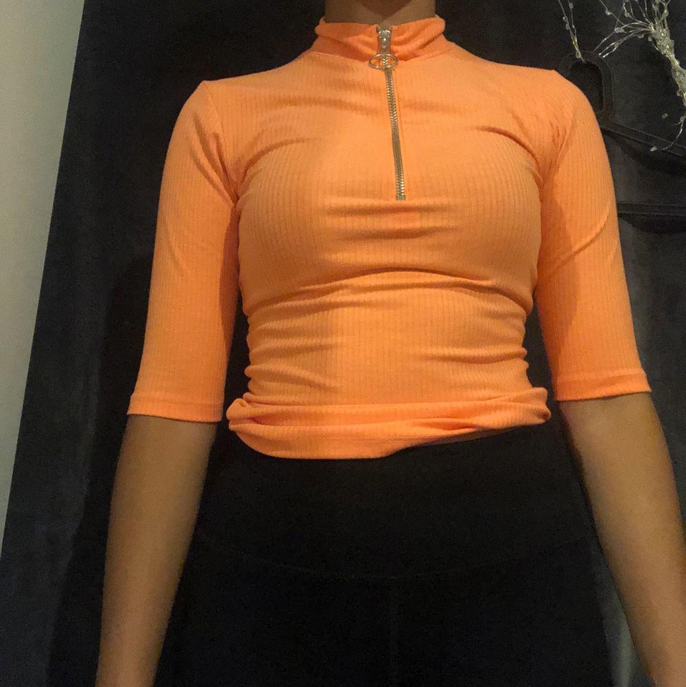 OM ni vill ha bättre bilder är det bara att skriva privat så skickar jag. Skön tröja i ett fint skick. Den är mer orange i verkligheten än på bilden. Frakt kostar men kan mötas. . Toppar.