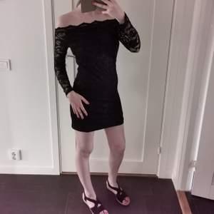 En gullig spetsklänning från Asos. Den är för stor för mig och det är därför jag vill sälja den.   För referens är jag en 36a och är 170cm lång. Buren max 3 gånger.   Köpare står för frakt!