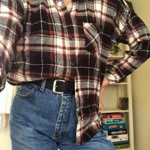 Min bästa skjorta som jag använd med kärlek  behöver ny ägare! Sjuukt mysig och snygg, perfekt till hösten och kan stylas på så många sätt. Köööp 🥰