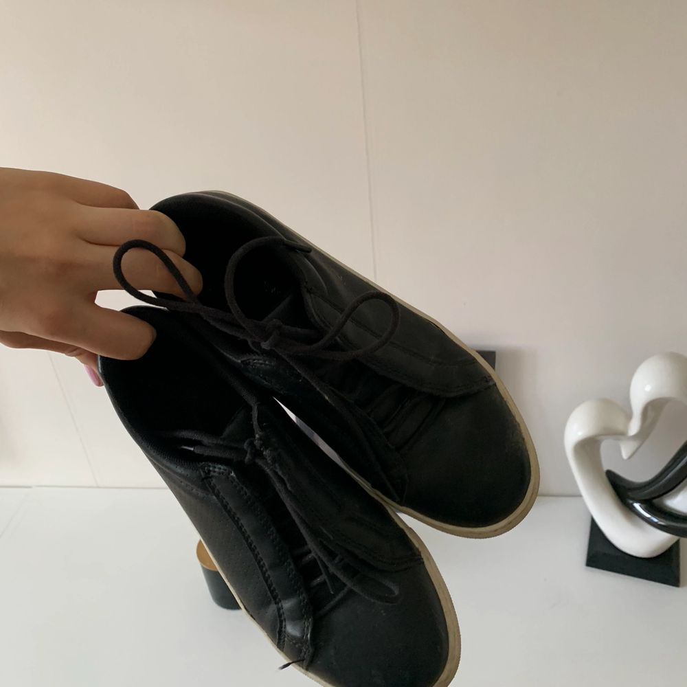 Svart vita skor. Storlek 36🧡 köpare står för frakt. Skor.