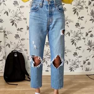 Säljer dessa as snygga jeansen då dom tyvärr blivit för små för mig (det är min vän på bilderna), de är i modellen Levis 501 crop i storlek W 24 L 26 💕 500kr + frakt!