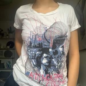 Vintage t-shirt. Lite fläckig som ni kan se på sista bilden. Jag samfraktar så kolla gärna mina andra annonser också :) köpare står för frakt.