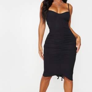 Säljer min mörkgråa klänning från PrettyLittleThing som ja använt 1 gång. Det fanns inte modellbilder kvar på den gråa modellen men detta är exakt samma modell fast svart. Hittade en liten video när jag har på mig den och klippt ut där ifrån om det hjälpt