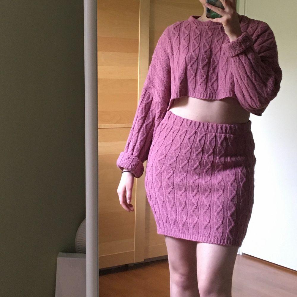 Rosa virkad crop sweater och tubkjol. Väldigt mjuka och bekväma! Strlk S, men är stretchiga så kan även passa M.  Frakt ingår :). Tröjor & Koftor.