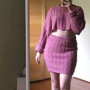 Rosa virkad crop sweater och tubkjol. Väldigt mjuka och bekväma! Strlk S, men är stretchiga så kan även passa M.  Frakt ingår :)