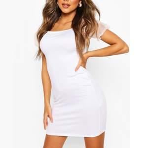 En jättefin klänning med puffärm. Har aldrig använt och prislappen är kvar.