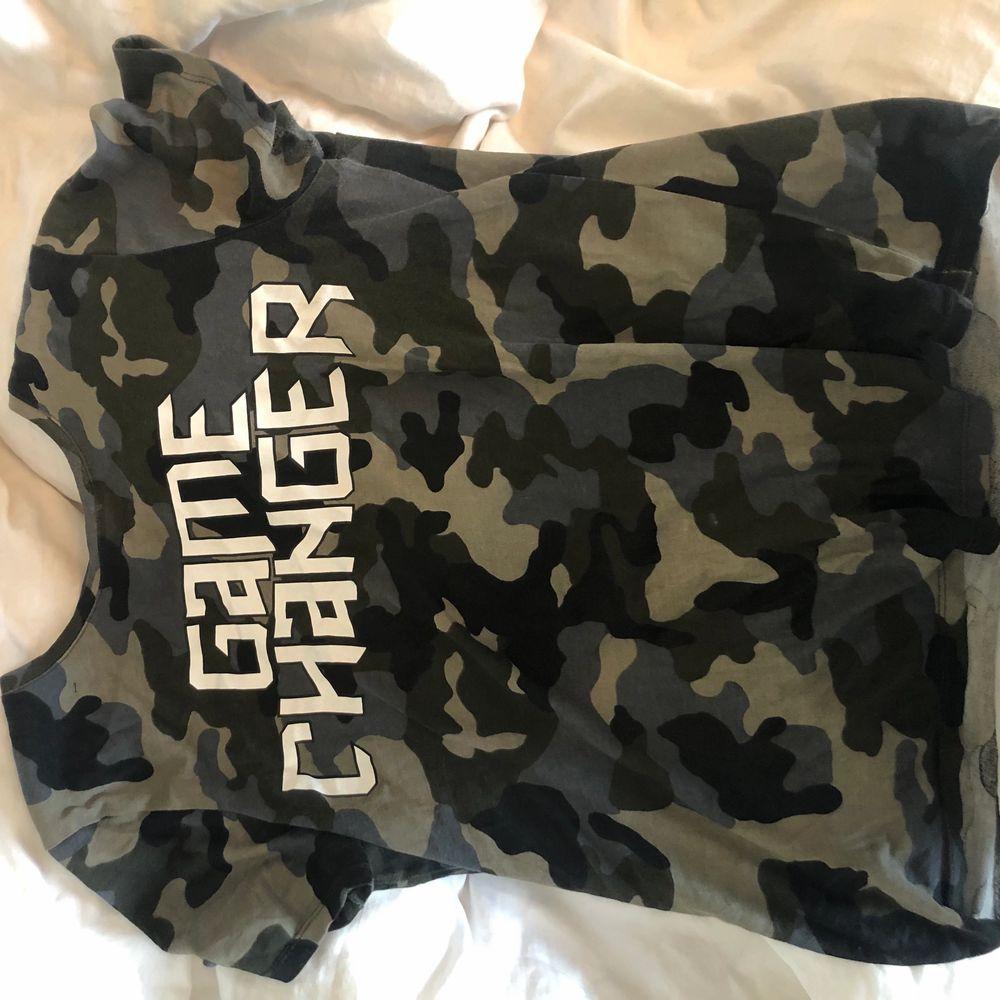 """Snygg tröja från NA-KD med texten """"game changer"""", använd max 3 gånger!😍 skriv till mig vid eventuella frågor!. T-shirts."""
