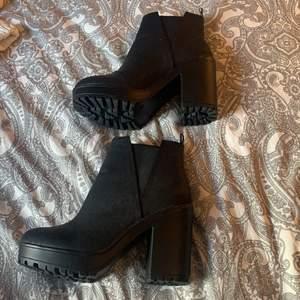 skor med ungefär 10 cm klack, väldigt bekväma men anledningen till att jag säljer den är för att dem är förstora.
