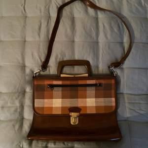 Så charmig liten vintageväska! Köpt second hand och blivit väldigt sparsamt använd! Frakt: 70kr