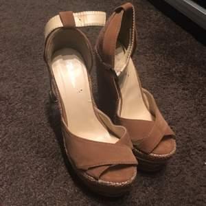 Helt nya skor från Belle shoes i storlek 35. Det är ganska höga wedges. Sommarfräscha i bruna läder och trä inslag. 200kr inkl frakt.