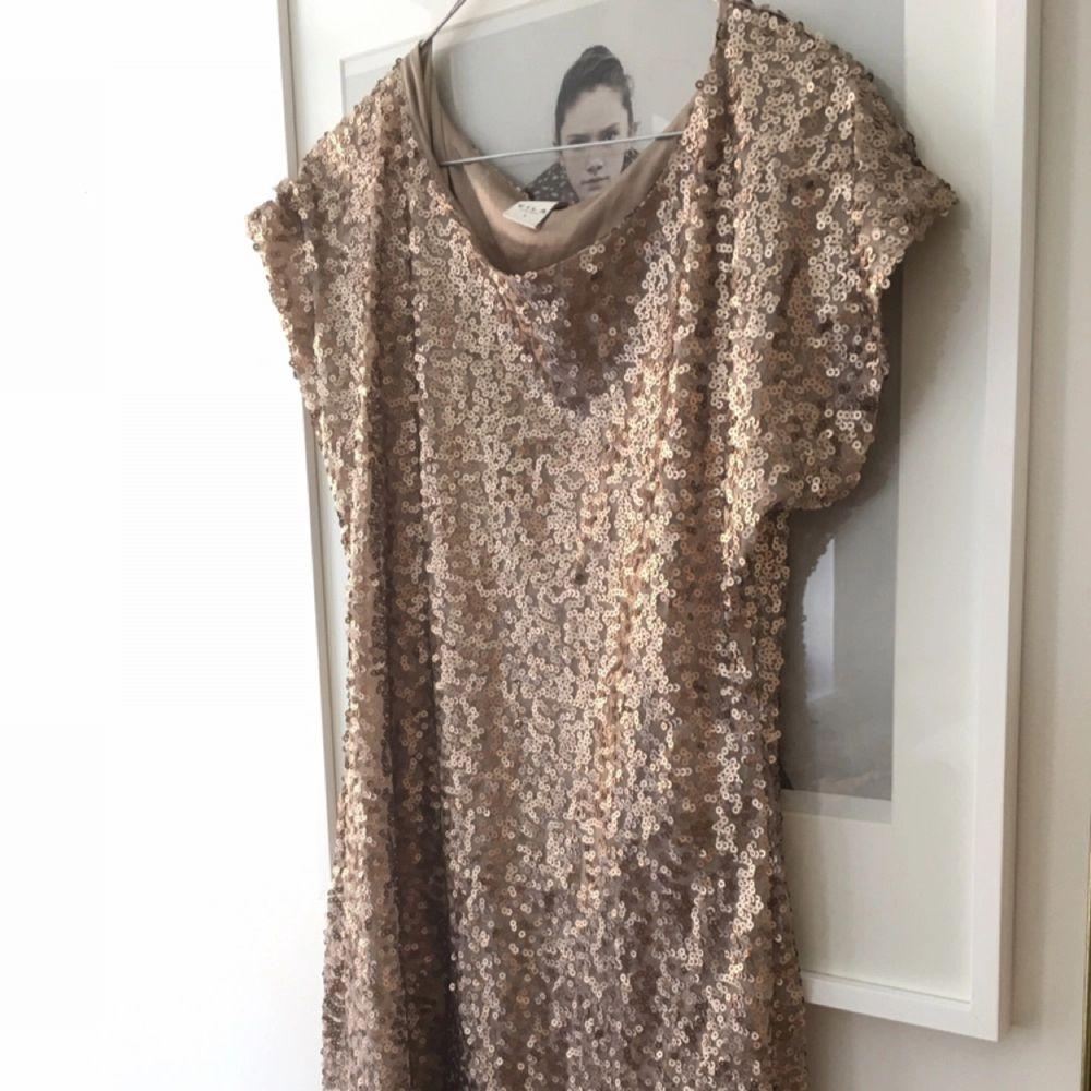 Fin paljettklänning i guld från vila. . Klänningar.