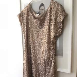 Fin paljettklänning i guld från vila.