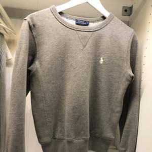 Säljer en grå mysig tröja från Ralph lauren! Köptes förra året på NK i Göteborg.   En tröja som passar i alla lägen och årstider.  Fynda nu för endast 350kr