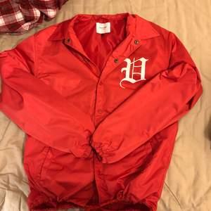 Coachjacket/windbreaker i en snygg röd färg! Snörning längst ned.  Eventuell frakt står köparen för 🌼