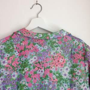 En superfin 60-tals klänning köpt från Tradera. Tyvärr lite stor för mig. I storlek M/L beroende på hur den ska sitta.
