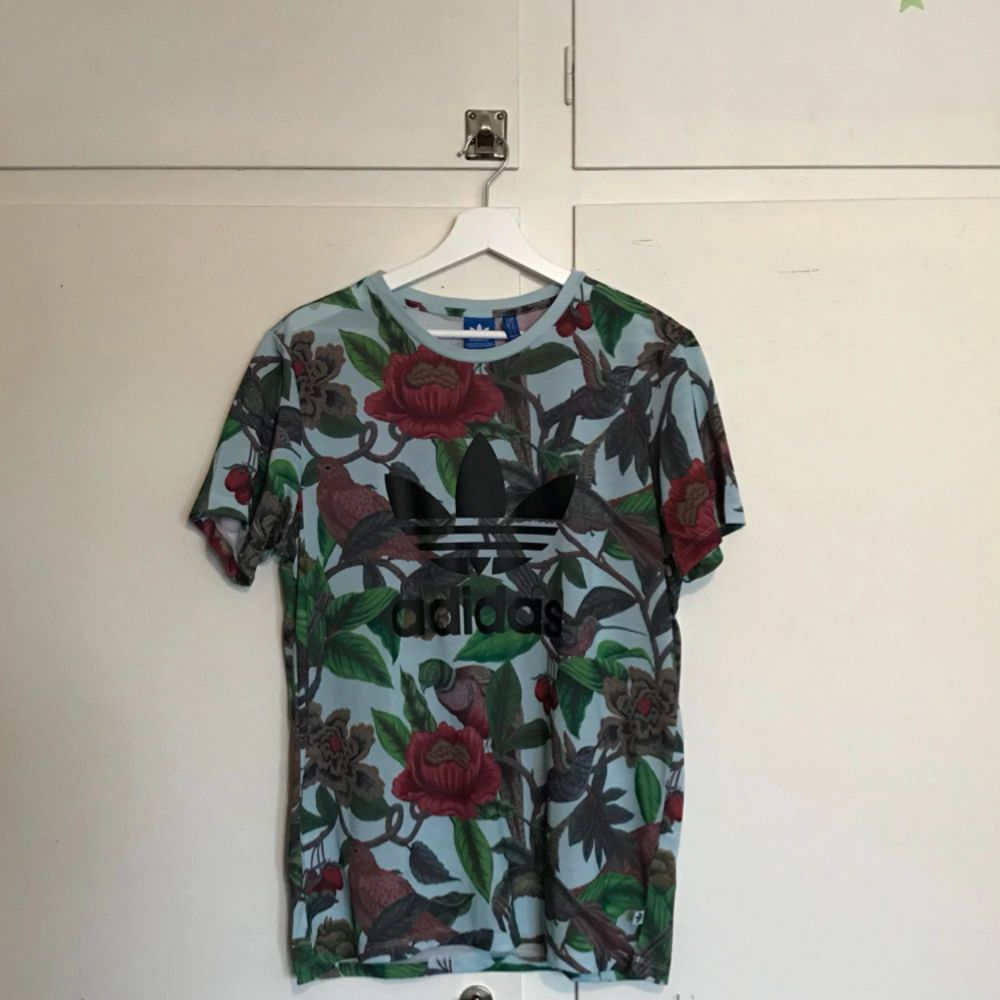En adidaströja i storlek S, fått denna i julklapp förra året men använt den max två gånger. Frakten står du själv för!. T-shirts.