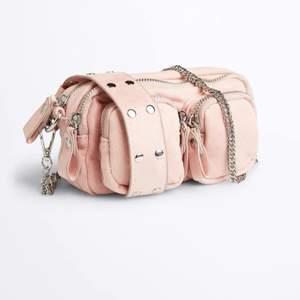 Noella liknande väska från Gina tricot, perfekt storlek där man får plats med det nödvändigaste! Längre silver kedja medföljer 💖 Frakt tillkommer!