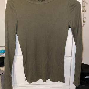 Militärgrön tröja från det finare märket Massimo Dutti💚 köpt för ca 250 kr, använd fåtal gånger och är därför i super skick.💚