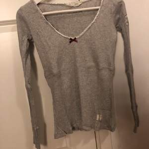 Långärmad tröja från odd Molly. Tröjan är i bra skick och säljs även i svart (storlek s) vit (storlek xs) grå t-shirts (storlek xs)