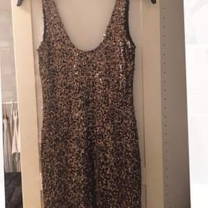 Paljettklänning i guld/svart perfekt till nyår!  Säljs för 100 + frakt. Fler bilder kan skickas om så önskas.