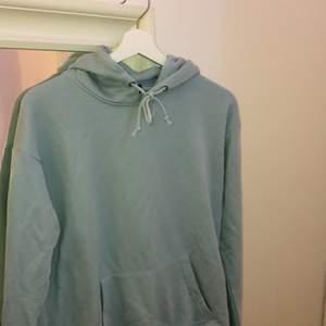 Säljer en light Blue hoodie som tidigare är köpt på zalando. Är som ny, använt Max en-två gånger! Sitter som en S på mig (168) Frakt till kommer💕