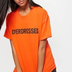 Orange T-shirt från Prettylittlething. I storlek S, oversized.