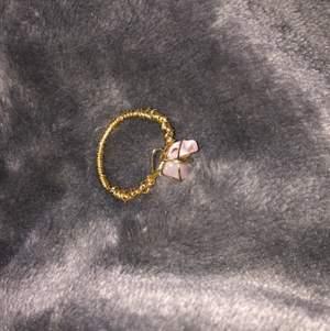 Säljer lite ringar som jag gjort själv, ringen är gjord av guldig ståltråd och en rosa kristall. Säljer denna ring för 20 kr+ 11 kr i frakt. DMa mig vid intresse!