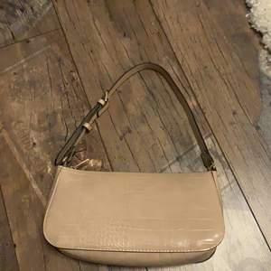 En vanlig baguett väska ifrån Lindex ordpris 299 kr, den är stor och rymlig för att vara en baguett väska, buda!! Köparen står för frakten