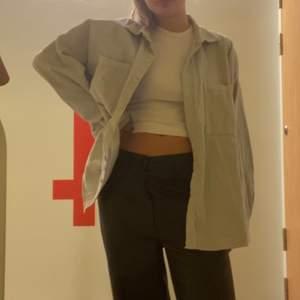 Ljusgrå Manchester skjorta från H&M! Lite skrynklig på bilden men den är i toppen skick och endastanvänd nån enstaka gång!