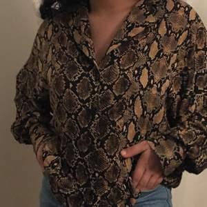 Jättefin skjorta som dock inte kommer till nån användning, har kanske använt den 3-4 ggr annars väldigt fint skick. Luftig och skön. Står att de är strl XS men en S & M kan lika gärna ha den💓 Frakt tillkommer.