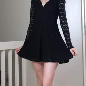 Svart spetsklänning från H&M. Lite för kort för mig då jag är 175 cm. Fin för event eller en sommardag. Möts helst upp, och tveka inte på att skriva vid frågor eller fler bilder!