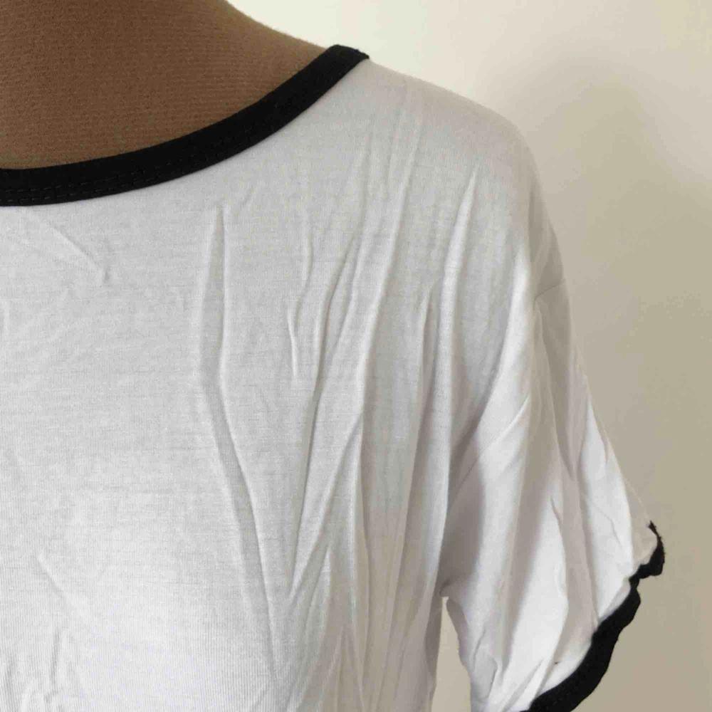Basic ringer t-shirt i mjukt material. Storleksmärkt 34 men är ganska stor och stretchig, passar 34-40. Nyskick, behöver bara strykas :) Priset är inklusive frakt.. T-shirts.