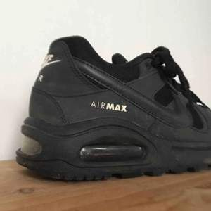 Ett par supersnygga svarta Nike Air Max, bara använda något fåtal gånger. Står att de är stl 38, men passar egentligen 37.