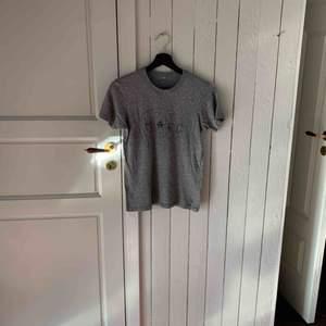 Grå t-shirt