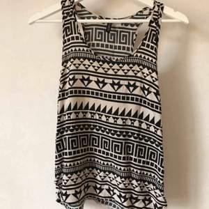 Mönstrat svartvitt linne, i skönt strävt sidenliknande material. Fint skick!  Kan mötas i Stockholm eller skicka mot fraktkostnad! ✨🌸✨