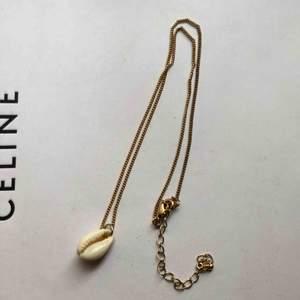 Superfint enkelt halsband med snäcka. Frakt ingår 🖤🐚