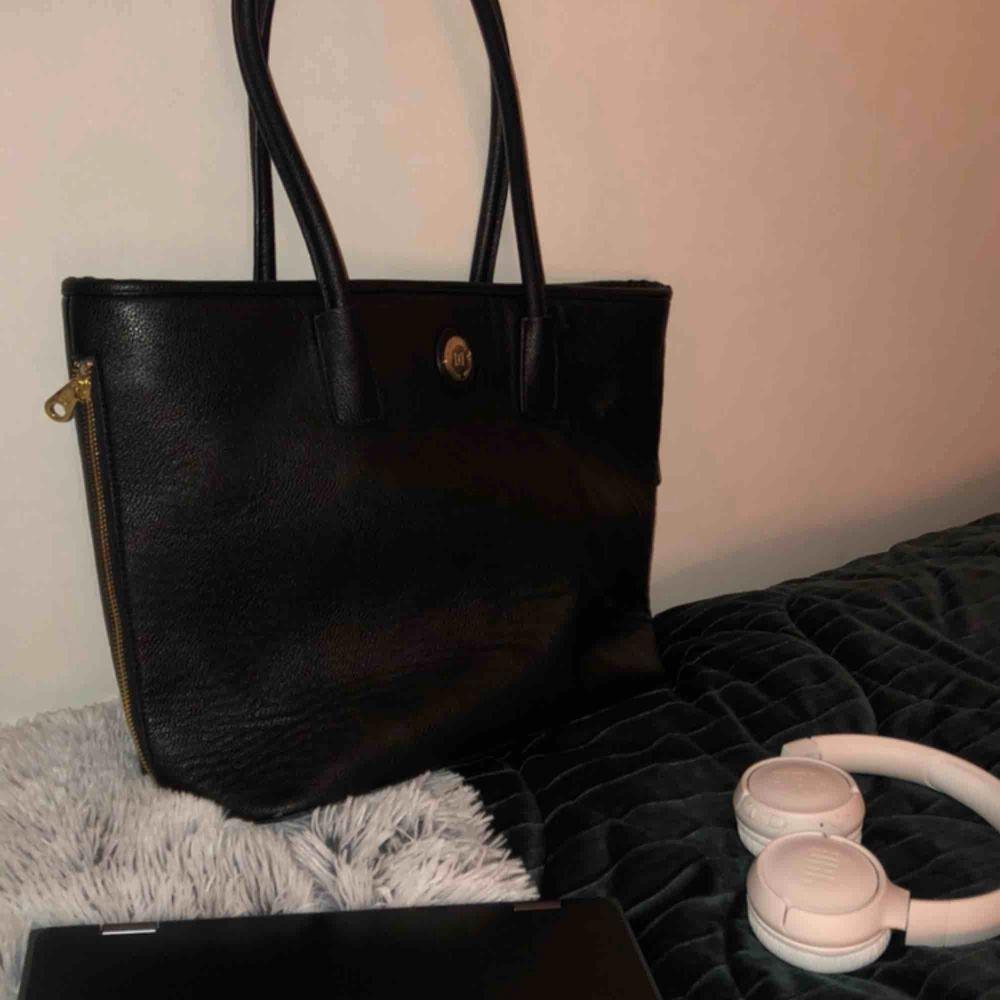 Handväska från accent märket dondonna, köpt för kanske 700kr, skick är helt okej!! . Väskor.
