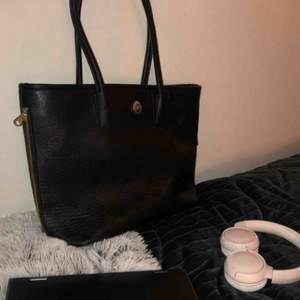 Handväska från accent märket dondonna, köpt för kanske 700kr, skick är helt okej!!