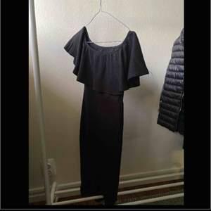 Fin svart klänning , aldrig använd !  sitter bra o tajt   Köparen står för frakten , kan ge dig personligen ifall du bor iKatrineholm och Linköping