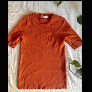 Kostymtröja i tjockare tyg från Carin Wester (Åhléns), helt ny. Inköpt för 299kr.   Köparen står för frakten (högst 50kr)